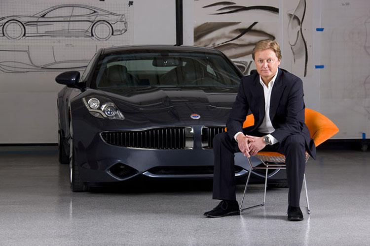 Хенрик Фискер рядом со своим автомобилем Fisker Karma