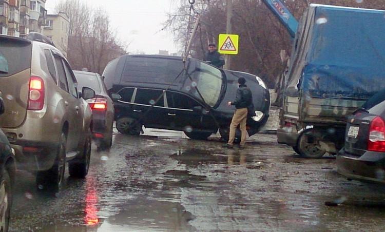 Эвакуаторщики при погрузке на платформу уронили Porsche Cayenne в Екатеринбурге