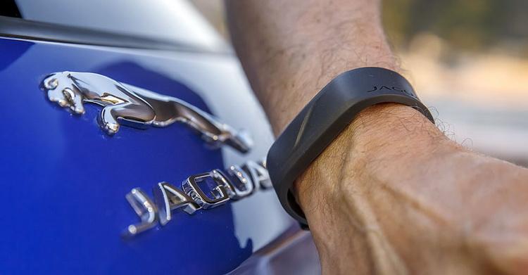 Резиновый браслет заменит ключ, если вы, скажем, решите искупаться в море. Обычный ключ оставляем а салоне, прикладываем браслет к букве J в надписи Jaguar на задней двери-  и машина закрыта. Чтобы ее открыть, браслет придется приложить уже на полминуты.