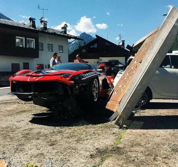 Ferrari-LaFerrari-Crash-01-07-2016-4