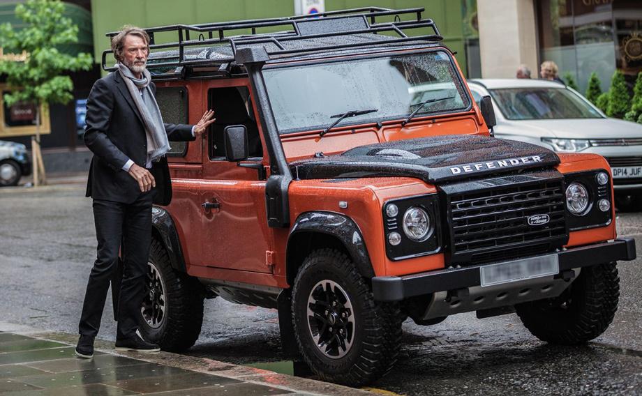 Джим Рэтклифф возле своего Land Rover Defender