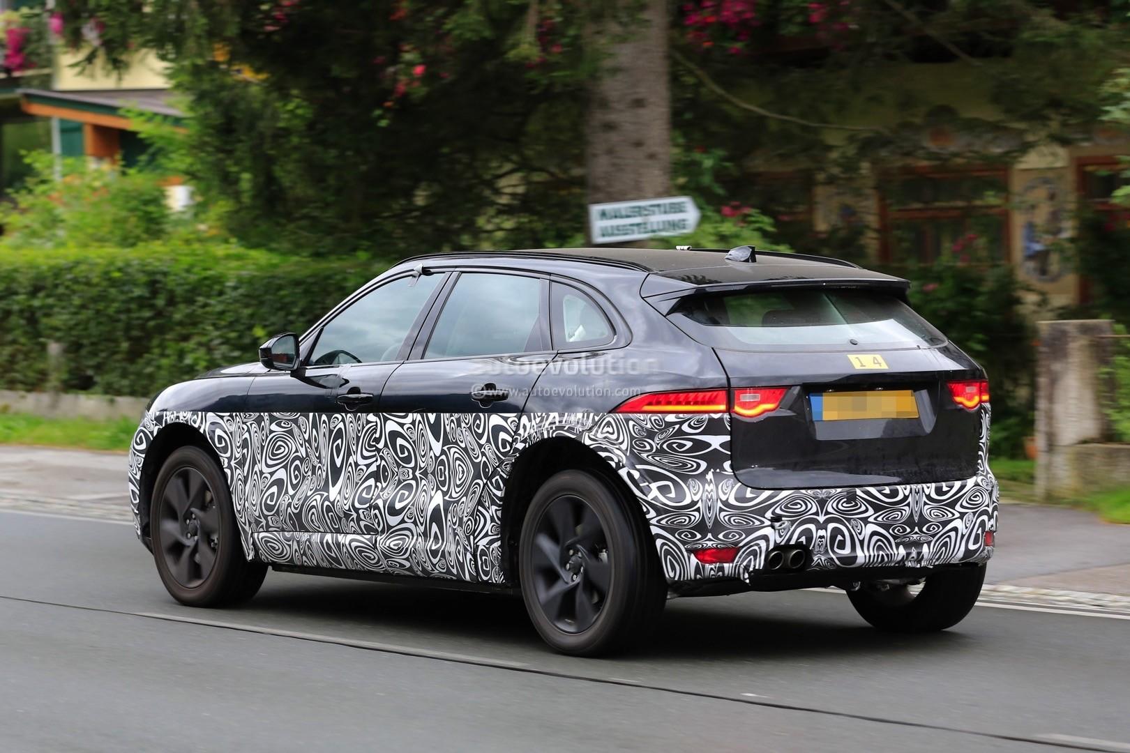 Как предполагают журналисты, на снимках - прототип электрического кроссовера Jaguar