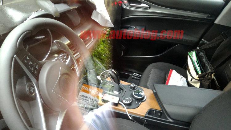 """Шпионское фото салона Alfa Romeo Stelvio. И здесь сходство с """"Джулией"""""""