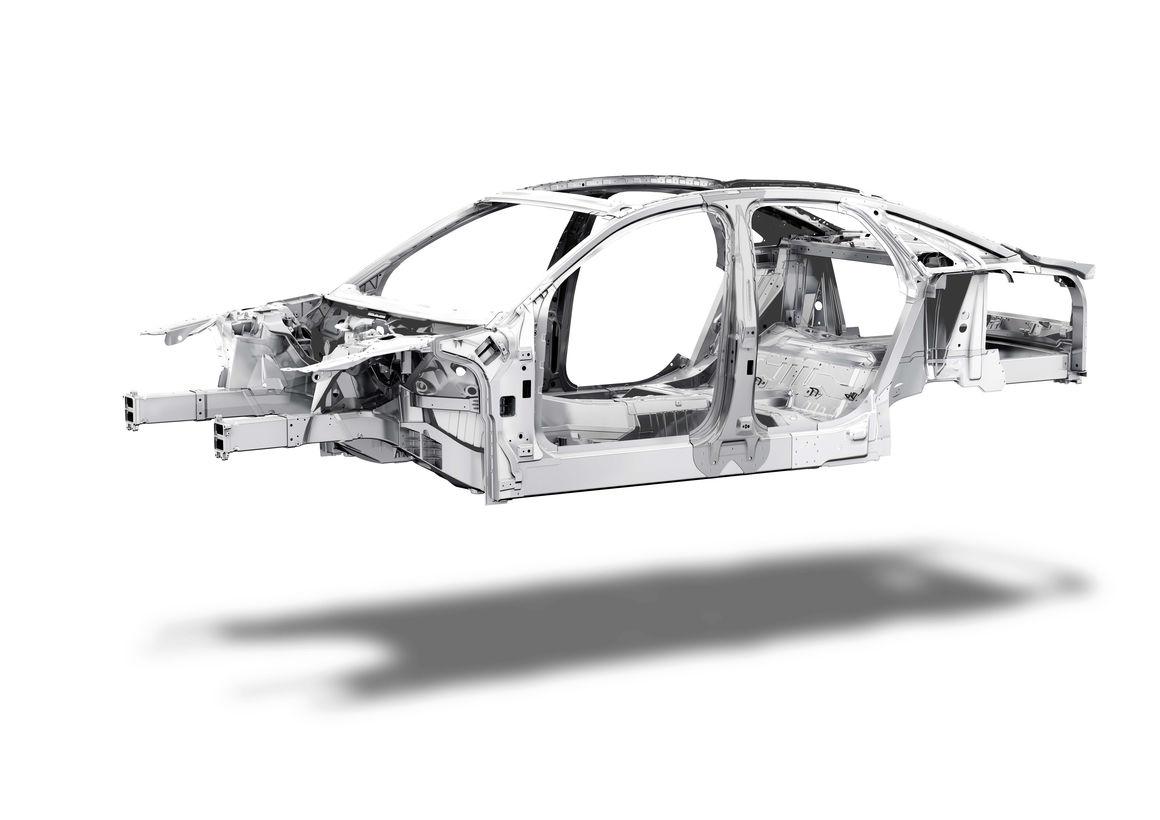 На какой платформе строить новый А8, в концерне Volkswagen обсуждали долго. Победил алюминий: решили использовать силовой каркас ASF, изначально (еще в 90-х годах) разработанный как раз для большого седана Audi. Естественно, проект, практически ксклюзивный для автомобильного мира, с тех пор эволюционировал. Эксклюзивность стоит дорого, поэтому было решено, воспользовавшись сменой поколений, рассмотреть возможные варианты. Их было много, вплоть до платформы MSB, которую Porsche разработала для выходящего в будущем году нового Panamera. Концепция общей платформы нашла множество сторонников, но и возражения против нее оказались серьезными. А поскольку в лагере противников оказался сам Ульрих Хакенберг, с 2013 года отвечавший также за техническую сторону автомобилей Audi, понять, почему победила логика «самостийности», нетрудно. Естественно, общая платформа позволяет поделить затраты, поэтому ее предполагается использовать для А9 и нового поколения Volkswagen Phaeton. Одно время казалось, что ради сокращения затрат от последней модели откажутся. Однако, как лично подтвердил новый руководитель концерна Маттиас Мюллер, новый Phaeton будет, причем не простой, а электрический.