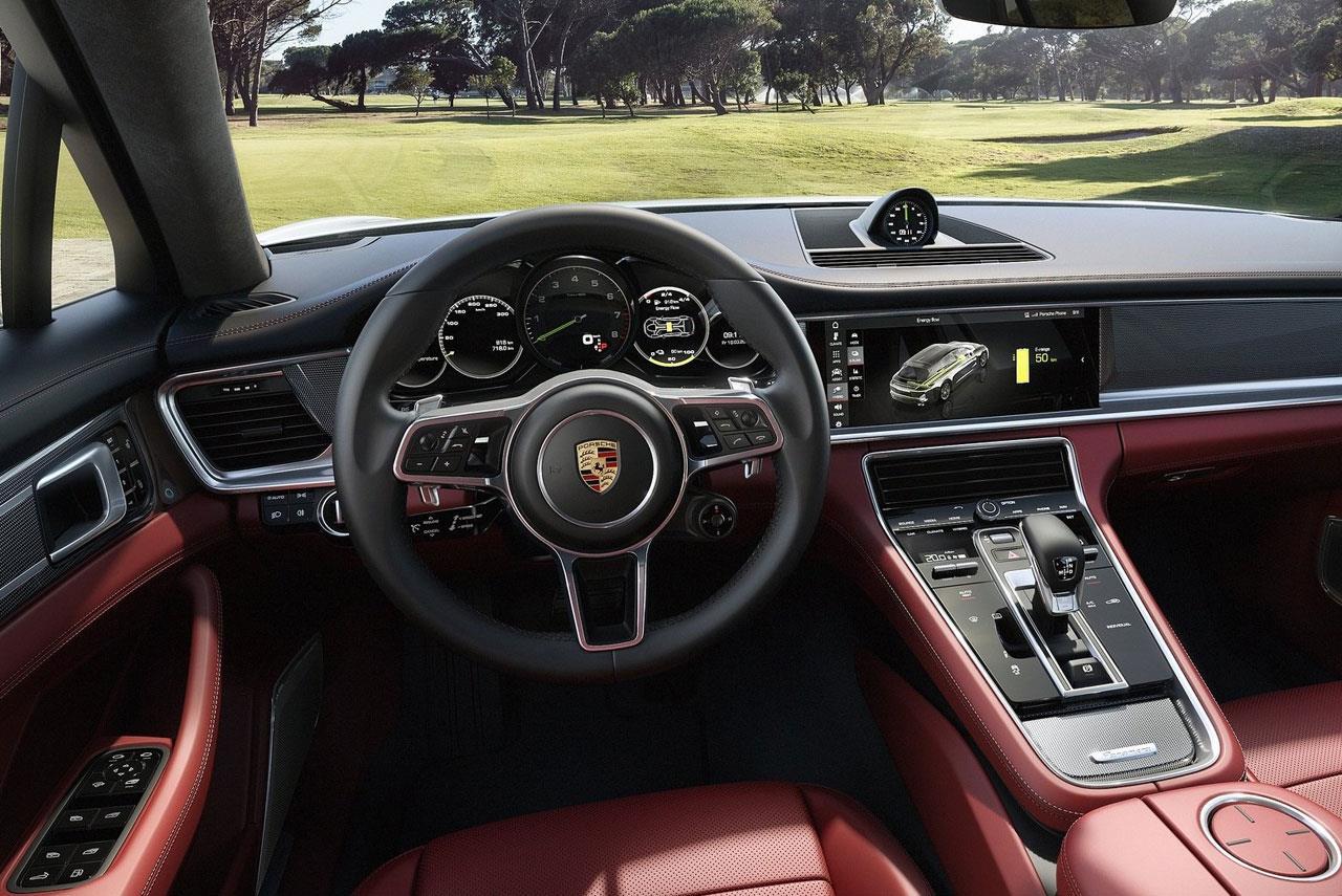 Невозможно отличить интерьер Sport Turismo от салона других Panamera: передняя панель обеих версий, начиная с Porsche advanced cockpit, абсолютно идентична. В задней части кузова можно отметить выдвижной активный спойлер над задним стеклом: он может работать в трех различных конфигурациях.