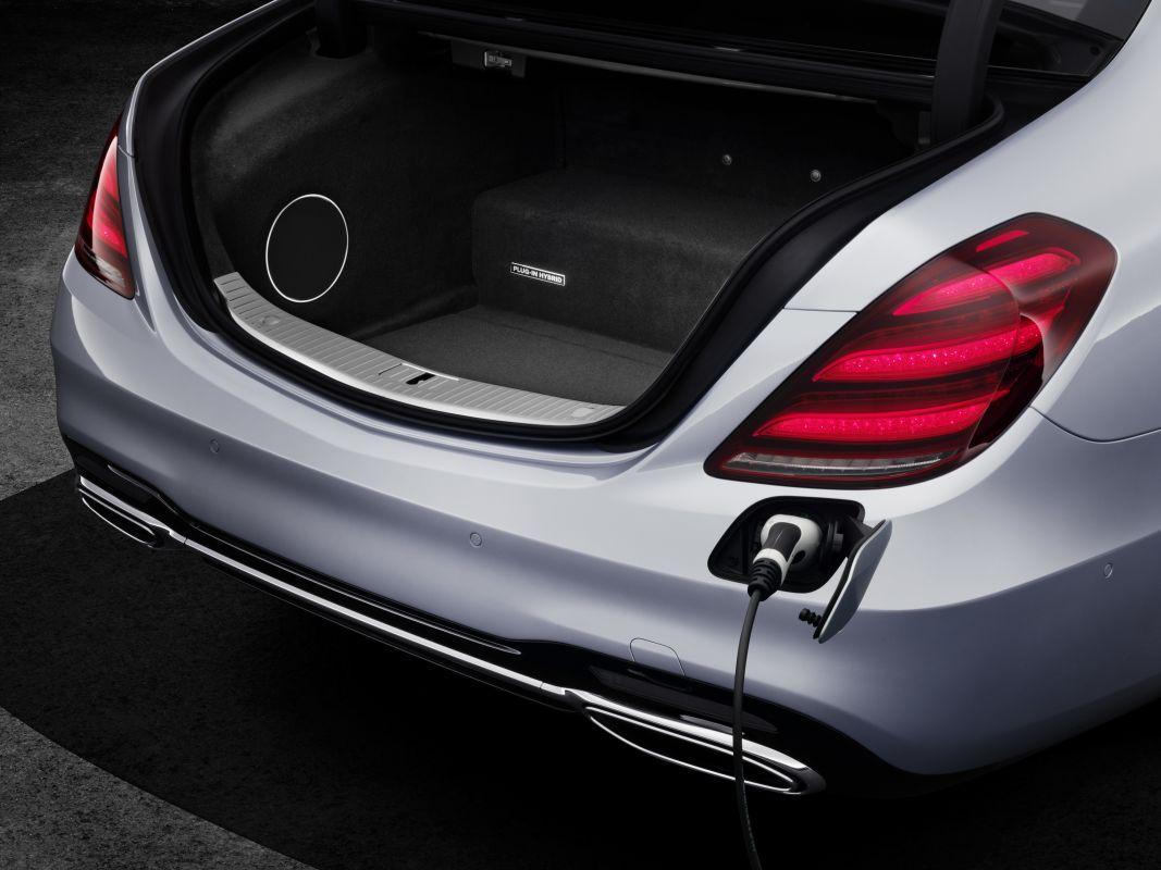 Mercedes-Benz-S560e-2
